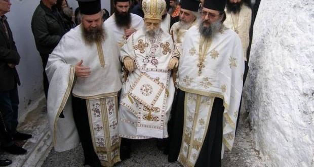 Περιφορά νεκρού Επίσκοπου στην Φθιώτιδα με όσα προβλέπουν οι Παλαιοημερολογίτες (φωτογραφίες)