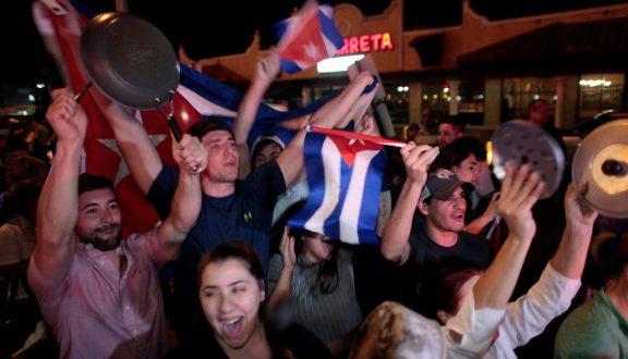 Φιντέλ Κάστρο: Πανηγυρίζουν το θάνατό του με τις πιτζάμες! (Φωτογραφίες)