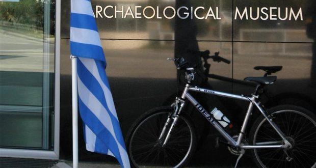 Πάτρα: Το ποδήλατο του Κωστή Στεφανόπουλου έξω από το Αρχαιολογικό Μουσείο