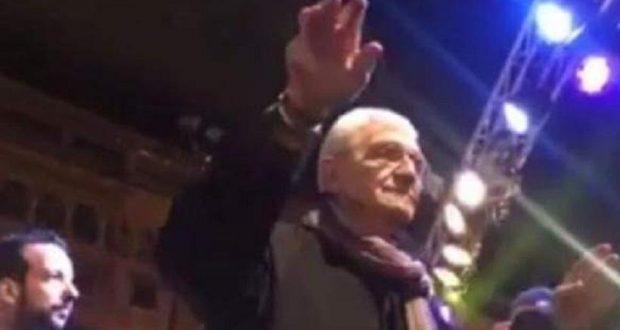 Ο χορός του Γιάννη Μπουτάρη στην πλατεία Αριστοτέλους (Βίντεο)