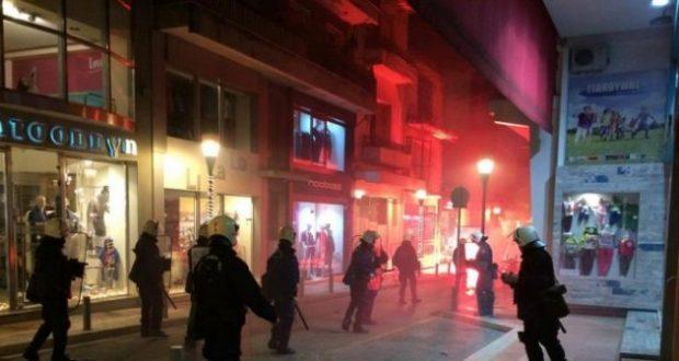 Αγρίνιο: Φωτιά σε τράπεζα και ΕΛΤΑ – Φωτιές σε κάδους και μολότοφ – Mάχες σώμα με σώμα