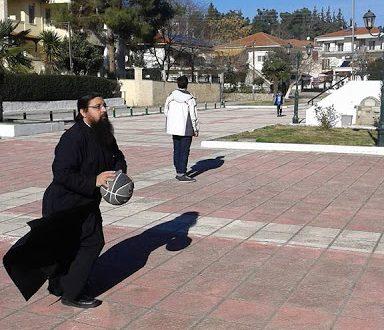 Ένας Παπάς από την Κατούνα παίζει μπάσκετ τις ελεύθερες ώρες του στην Θεσσαλονίκη