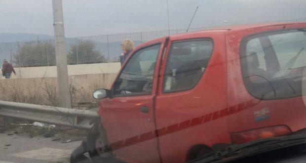 Σφοδρή σύγκρουση οχημάτων στα φανάρια του νοσοκομείου Αγρινίου (φωτογραφίες)