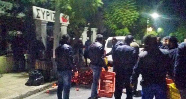 Αγρότες πέταξαν ντομάτες έξω απ' τα γραφεία του ΣΥΡΙΖΑ στα Χανιά