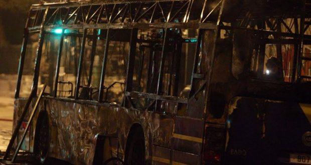 Πυρπόλησαν τρία τρόλεϊ στην Πατησίων – Καταστροφές στον ΗΣΑΠ στην Ειρήνη