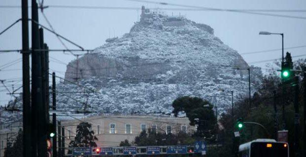 Ο λόφος του Λυκαβηττού στα λευκά, η Ακρόπολη σε άσπρο φόντο! Εντυπωσιακές φωτογραφίες από το κέντρο της Αθήνας