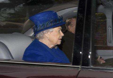 Η πρώτη εμφάνιση της βασίλισσας Ελισάβετ μετά το κρυολόγημα! (Φωτογραφίες)