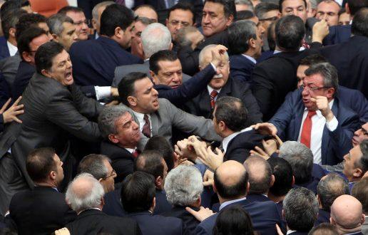 Ξύλο και των… γονέων στην τουρκική Βουλή! (Φωτογραφίες – Βίντεο)