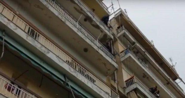 Πάτρα: Επιχείρηση απεγκλωβισμού παιδιού από τον 4ο όροφο πολυκατοικίας