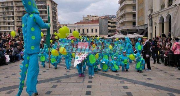 Ο τζίτζικας, ο Ποσειδώνας, ο παπαγάλος και οι πιγκουίνοι – 10.000 μικροί Καρναβαλιστές κάνουν παρέλαση στο κέντρο της Πάτρας