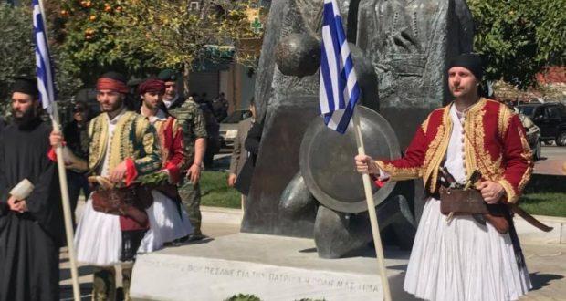 Αγρίνιο: Κατάθεση στεφάνων στο μνημείο των Πεσόντων, στη πλατεία Δημάδη (Φωτογραφίες του AgrinioTimes)