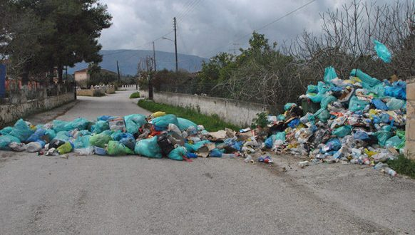 Ζάκυνθος: Εικόνες ντροπής στα σκουπίδια – Έκλεισε δρόμος και αποκλείστηκαν σπίτια (Φωτογραφίες)