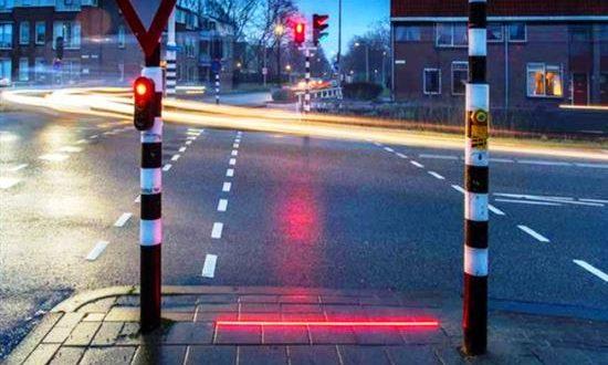Τα πρώτα πεζοδρόμια – φωτεινοί σηματοδότες για… κολλημένους στο κινητό τους