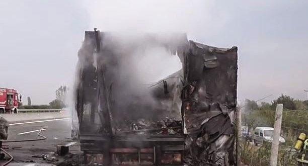 Κάηκε νταλίκα στην Εθνική Οδό στο ύψος του Ευηνοχωρίου (Φωτογραφίες)