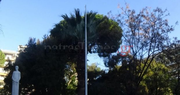 Πάτρα: Έκαψαν την μεγάλη σημαία στην Πλατεία Όλγας (φωτογραφία)