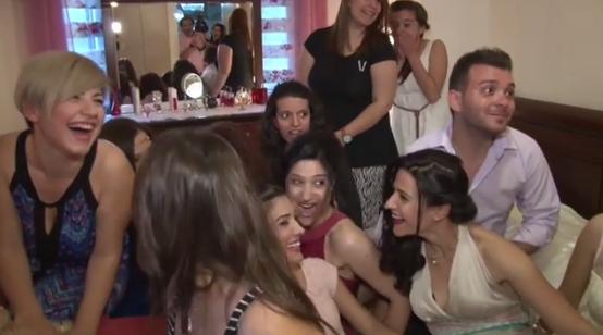 Χίος: Λίγο πριν το γάμο με 13 γυναίκες στο ίδιο κρεβάτι – Κι όμως δεν είναι αυτό που νομίζετε (Βίντεο)