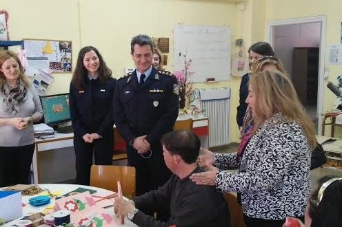 Ο Αστυνομικός Διευθυντής Αιτωλίας δίπλα στους νέους με νοητική υστέρηση και σύνοδες αναπηρίες