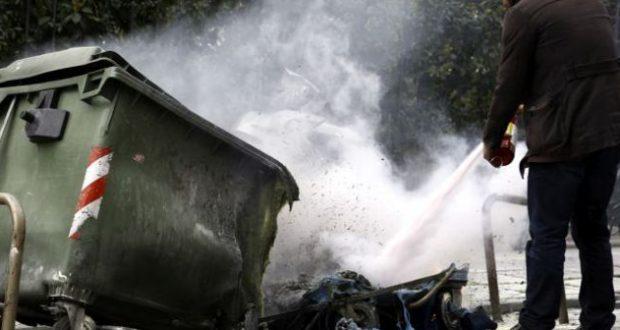 Άγνωστοι έβαλαν φωτιά σε τρεις κάδους απορριμμάτων τα ξημερώματα