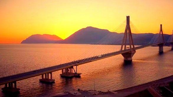 Το ηλιοβασίλεμα της Πάτρας με φόντο τη Γέφυρα Ρίου – Αντιρρίου! (Βίντεο)