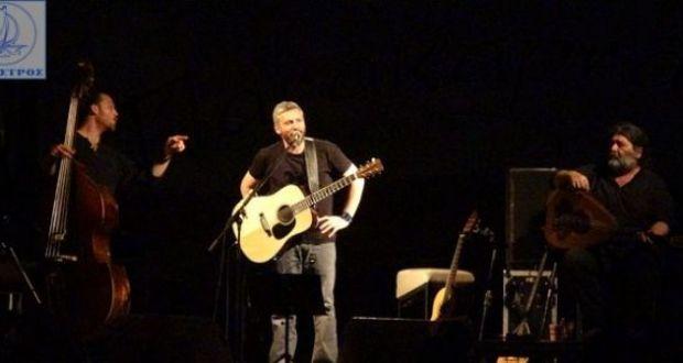 Αμφιλοχία: Eξαιρετική συναυλία με τον Αλκίνοο κάτω από το φως του φεγγαριού (Φωτογραφίες – Βίντεο)
