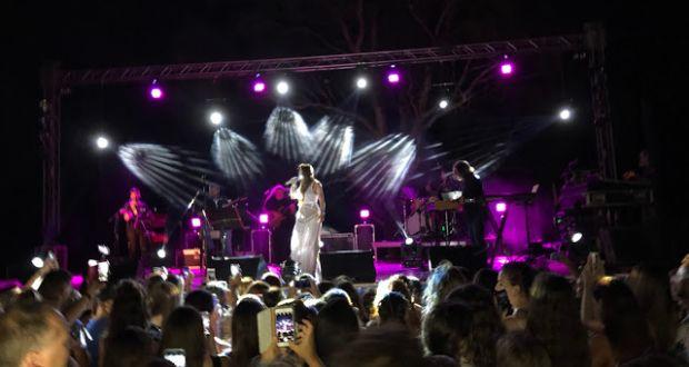 Βόνιτσα: Λαοθάλασσα για την μαγευτική φωνή της Μελίνας Ασλανίδου (Φωτογραφίες)