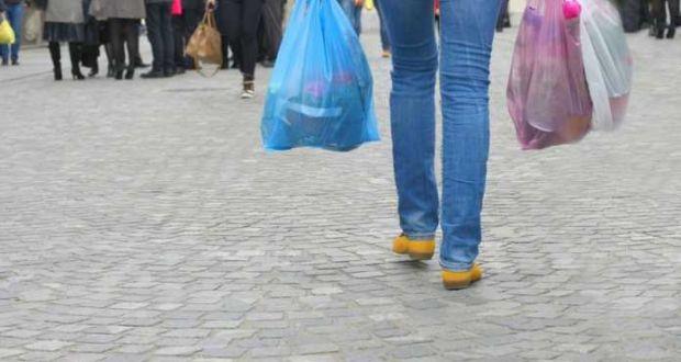 Ακριβαίνουν κι άλλο οι πλαστικές σακούλες από την Πρωτοχρονιά – Πόσο θα πληρώνουμε