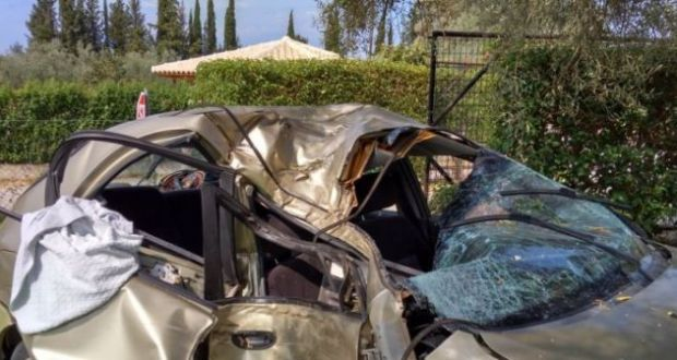 Λευκάδα: Αυτοκίνητο «προσγειώθηκε» στην αυλή σπιτιού (Φωτογραφίες)