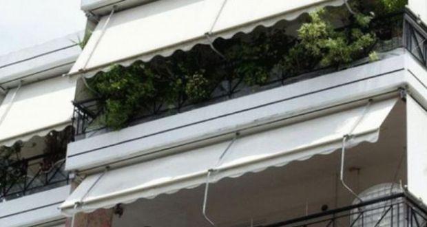 Αγρίνιο: Περαστικοίείδαν μίαγλάστρανα«προσγειώνεται»σεσταθμευμένο αυτοκίνητο (Φωτό)
