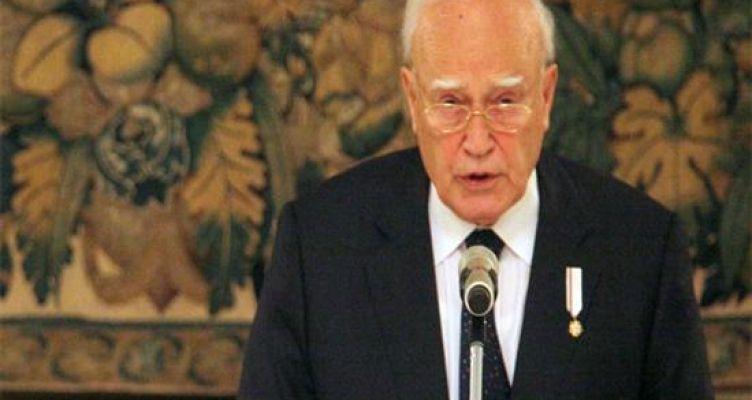 Ο Ιταλός φαρσέρ «πέθανε» τον Κάρολο Παπούλια (Φωτό)