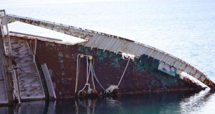 Αποκολλήθηκε παροπλισμένο πλοίο στο Πλατυγιάλι και βύθισε δυο σκάφη