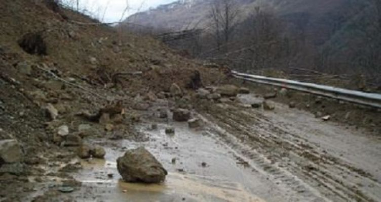 Ισχυρή νεροποντή προκάλεσε μεγάλη κατολίσθηση κοντά στο Λαμπίρι – Διακοπή κυκλοφορίας προς Προυσσό