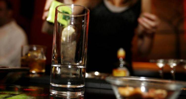 Πάτρα: Μπήκε μέσα και μαχαίρωσε θαμώνα του μπαρ – Πανικός και αίμα μπροστά στους πελάτες!