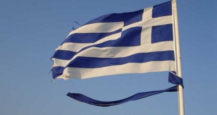 Η κομμένη και ξεφτισμένη σημαία της Ακρόπολης (Φωτό)