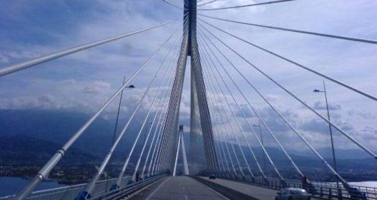 Αυτοκίνητο ντελαπάρισε στην Γέφυρα Ρίου-Αντιρρίου: Εκτός κυκλοφορίας για ώρα και τα δύο ρεύματα
