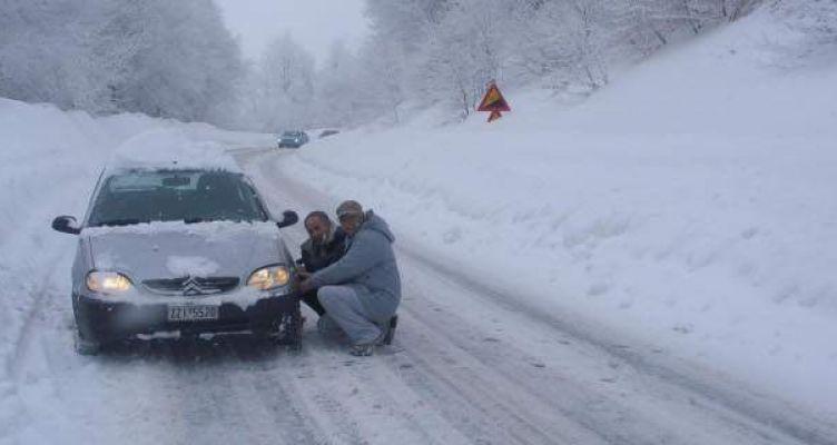 Έντονη χιονόπτωση προς το Καρπενήσι – Με αλυσίδες η κυκλοφορία
