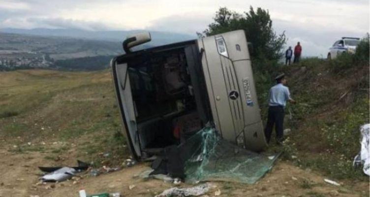 Δεκατέσσερις τραυματίες μετά από ανατροπή λεωφορείου