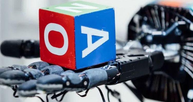 Το ρομποτικό χέρι που παίζει στα δάχτυλα έναν κύβο (Βίντεο)