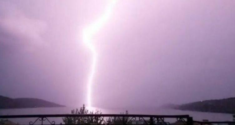 Κεραυνός χτυπά πέντε φορές το ίδιο σημείο στον Αμβρακικό (Βίντεο)
