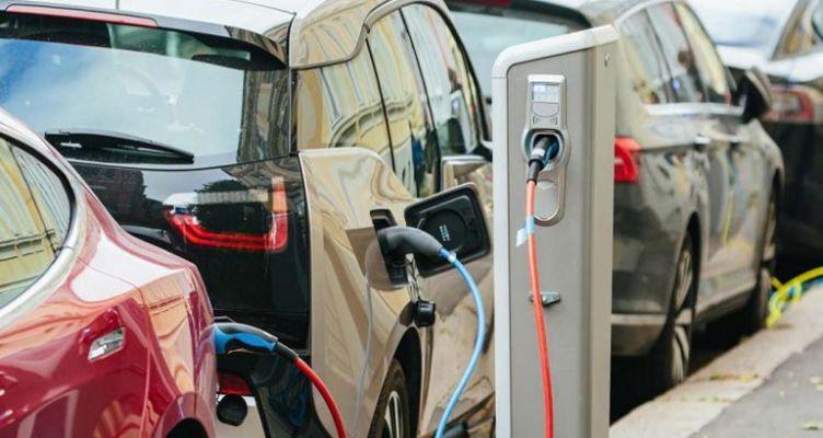 Ηλεκτρικά αυτοκίνητα, σκούτερ και ποδήλατα: Τι επιδοτήσεις θα ανακοινώσει η Κυβέρνηση