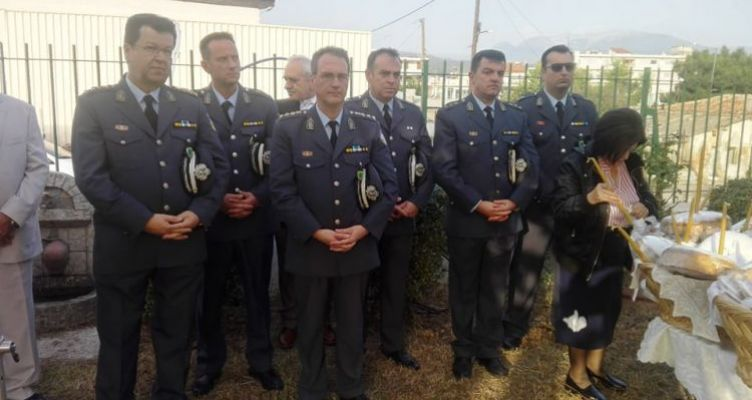 Άγιος Αρτέμιος: Πλήθος πιστών στον εσπερινό μετ' αρτοκλασίας στο Αστυνομικό Μέγαρο Αγρινίου