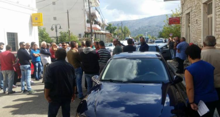 Αστακός: Παράσταση διαμαρτυρίας πραγματοποίησαν στην Τράπεζα Πειραιώς κτηνοτρόφοι και αγρότες
