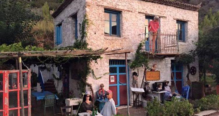 Το κουκλόσπιτο που μοιάζει «στοιχειωμένο» – Ένα χωριό όπου ζουν… κούκλες (Φωτό)