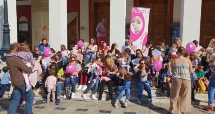 Πάτρα: 62 γυναίκες θήλασαν δημόσια στην Πλατεία Γεωργίου (Φωτό)