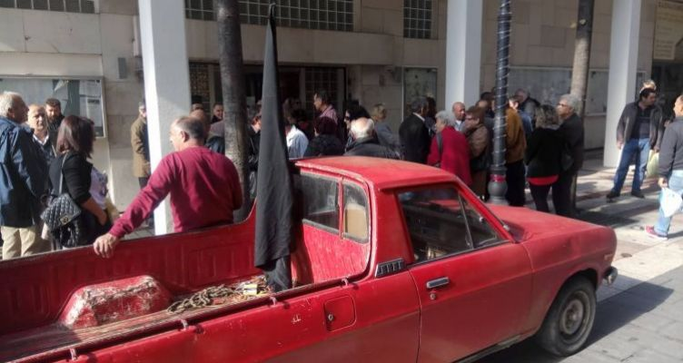 Διαμαρτυρία από τους κατοίκους του Ζευγαρακίου έξω από το Δημαρχείο Αγρινίου (Φωτό)