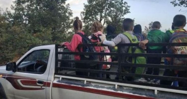 Συνεχίζεται η ντροπή στον Ορεινό Βάλτο: Ακόμα πάνω σε καρότσα αγροτικού μεταφέρονται οι μαθητές