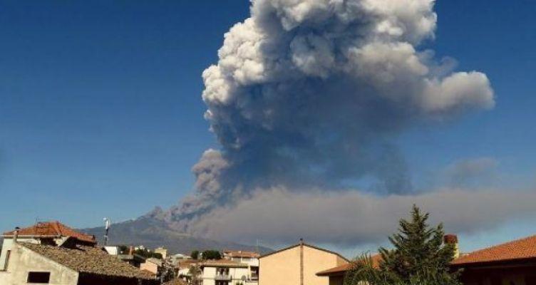 Ιταλία: Έκρηξη στο ηφαίστειο της Αίτνας – Έκλεισε το αεροδρόμιο (Φωτό)