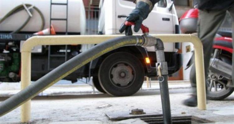 Αγρίνιο: Δύο νεαροί αφαίρεσαν ποσότητα πετρελαίου από σταθμευμένο φορτηγό