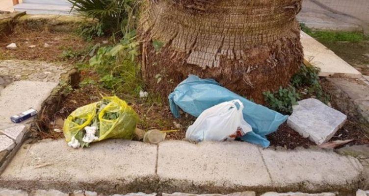 Μεσολόγγι: Αυτοσχέδιος σκουπιδότοπος το παρτέρι του Χρυσογελέικου