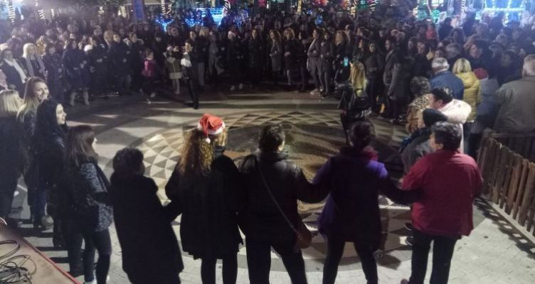Αγρίνιο: Χριστουγεννιάτικο παραδοσιακό γλέντι στην πλατεία Δημοκρατίας (Φωτό)