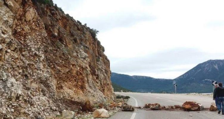Πτώση βράχων στο δρόμο από Μύτικα προς Πάλαιρο